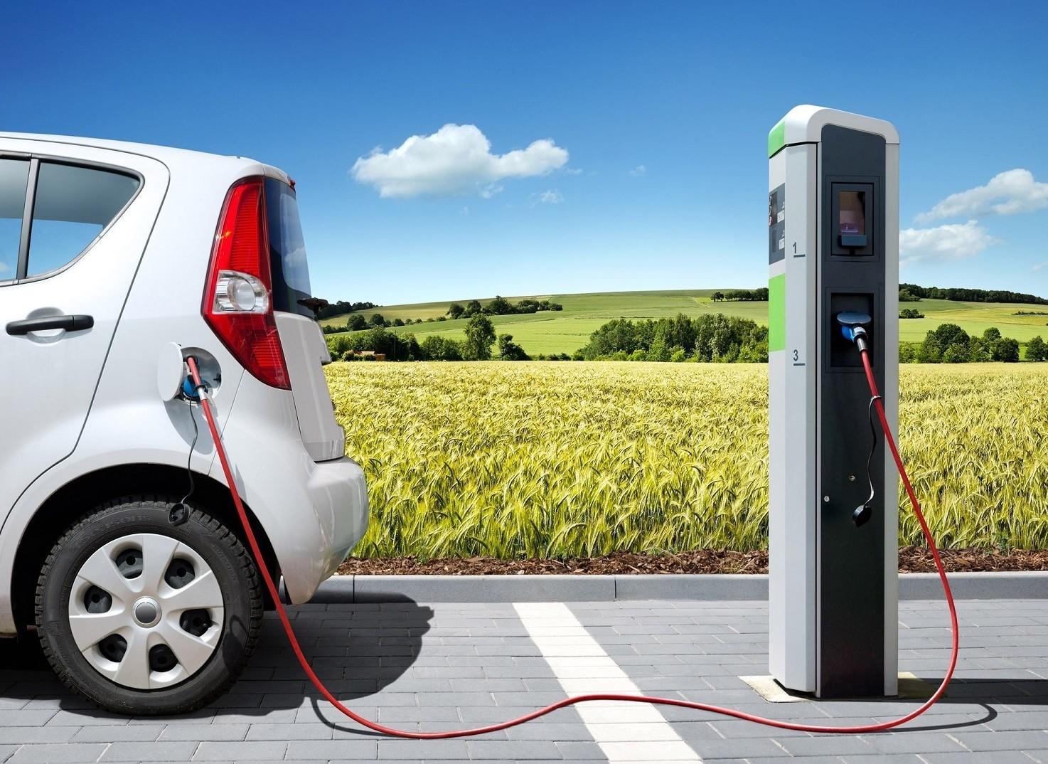 Auto elettrica in Italia, boom e svolta