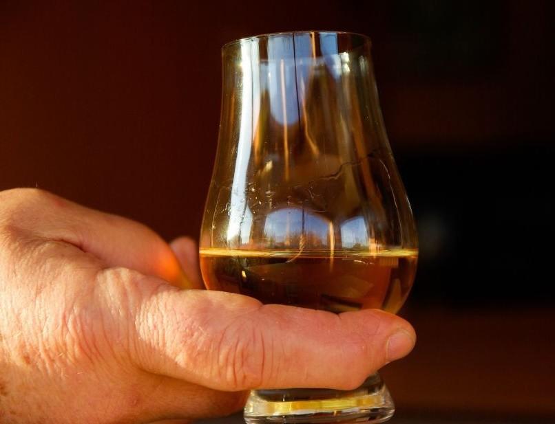 Paga un bicchiere di whisky 8mila euro e
