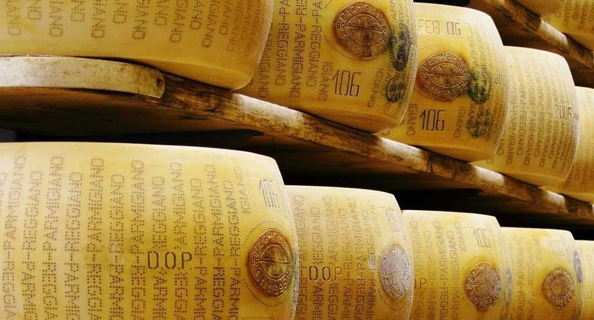 Il Parmigiano eletto miglior formaggio al mondo con latte crudo